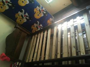 Cama sencilla y mesa de noche en madera posot class for Cama doble con cama auxiliar