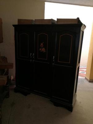 Closet de Tres Puertas Color Negro