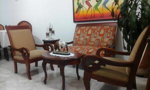 Juego de sala y comedor en madera tapizados en tela muy buen