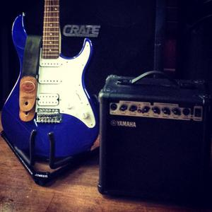 Guitarra eléctrica yamaha con amplificador