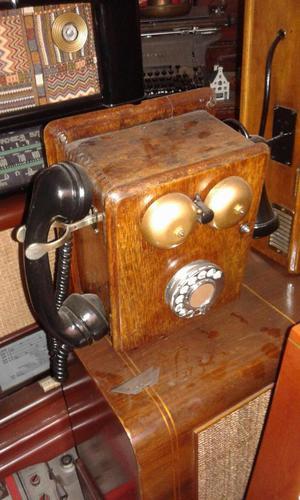teléfono en madera con magneto