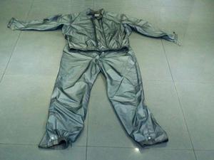 Chaqueta y pantalón impermeable BMW para motociclista.