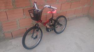 Bicicleta para niño con ruedas auxiliares.