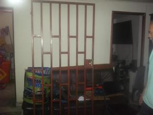 4 puertas para habitaciones y una reja de seguridad