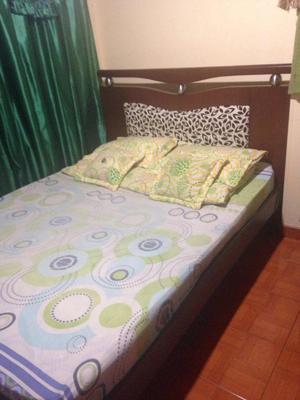 Cama doble y mueble para el cuarto