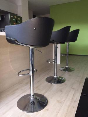 Tres sillas altas de cuero sintético