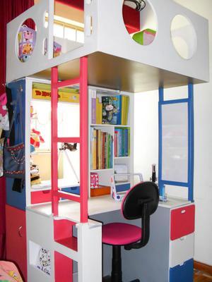 escritorio para nios con biblioteca y rea de juego