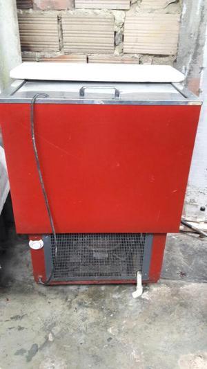 Enfriador/congelador y sillas de barra