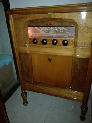 Antiguo Radio Aleman de Piso