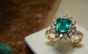Anillo En Oro Amarillo De 18k Esmeralda Diamantes Joyas