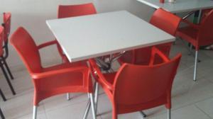 Mesas blancas en madera y sillas rojas grandes 4 juegos