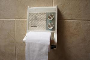 Soporte de papel higiénico con radio transistor