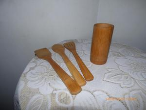 juego de cubiertos en madera con base sin uso.