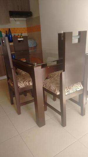 Comedor cuatro puestos madera sillas tapizadas2 posot class for Comedor 2 puestos
