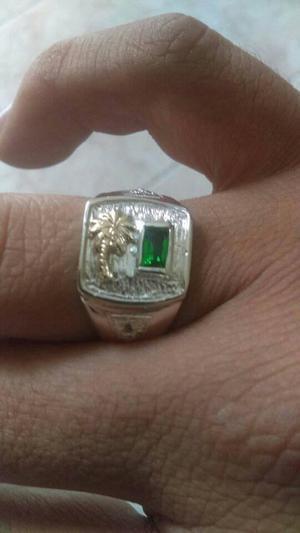 Elegante y exclusivo anillo en fina plata 925 garantizada.