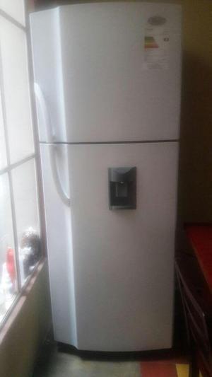 Nevera con refrigerador y congelador.