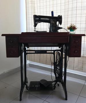 Máquina de coser Singer antigua en Mesa de madera y base de