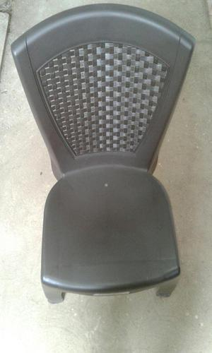 Juego de mesas y sillas plásticas en Ratan.