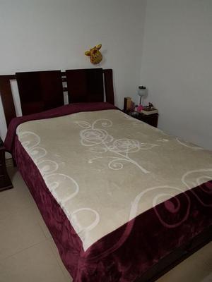 Hermosa juego de cama con colchón