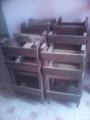 mesas y sillas en madera