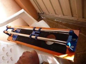 vendo maquina de cortar baldosa para repuestos y tiene 70 cm