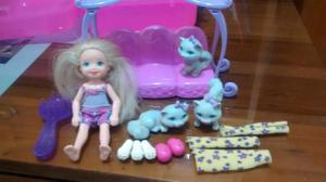 Muñeca pequeña Chelsea con accesorios en buen estado