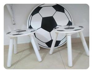 juego de mesa y dos sillas