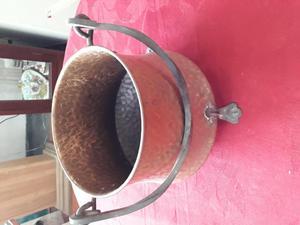 Caldero de cobre con asa de bronce