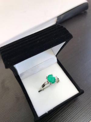 Anillo De Oro 18k Blanco Con Diamantes Y Esmeralda