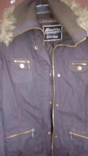 linda chaqueta semiusada color cafe con peluche talla m