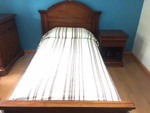 Cama, colchón, cómoda y mesa de noche