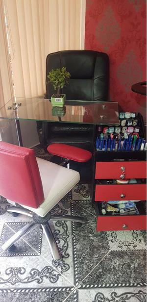 Vend montajes de peluquera y distribuidora