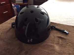 Casco marca Zoom Sports para montar bicicleta o patines