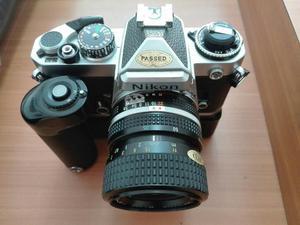 Cámara Nikon Fe con lente