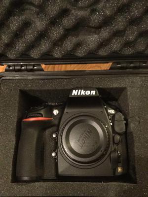 Nueva cámara réflex digital Nikon D MP, con lente