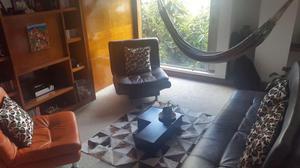 Sala Tres sillones mas cojines y mesa de centro con tapete