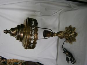 LAMPARA DE MESA EN BRONCE PANTALLA EN BRONCE CALADA,