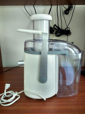 Extractor de jugo marca IMUSA Easy Fruit 550 Watts