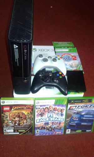 Xbox 360 E con 2 controles y 4 juegos