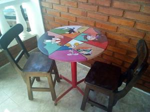 sillas y mesas en madera