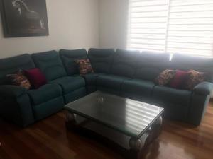 Juego de sala en L con dos reclinables y mesa central