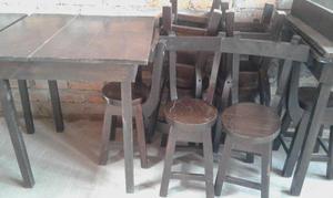mesas de madera con sillas.