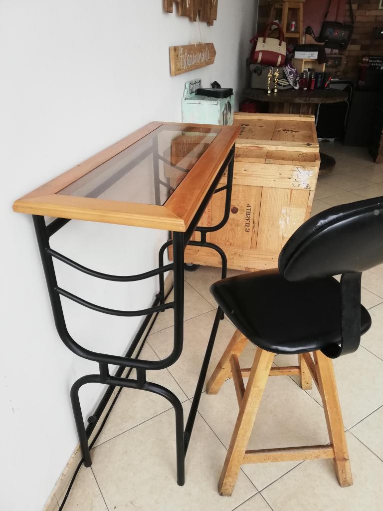 Mesa auxiliar o bar con silla alta con espaldar