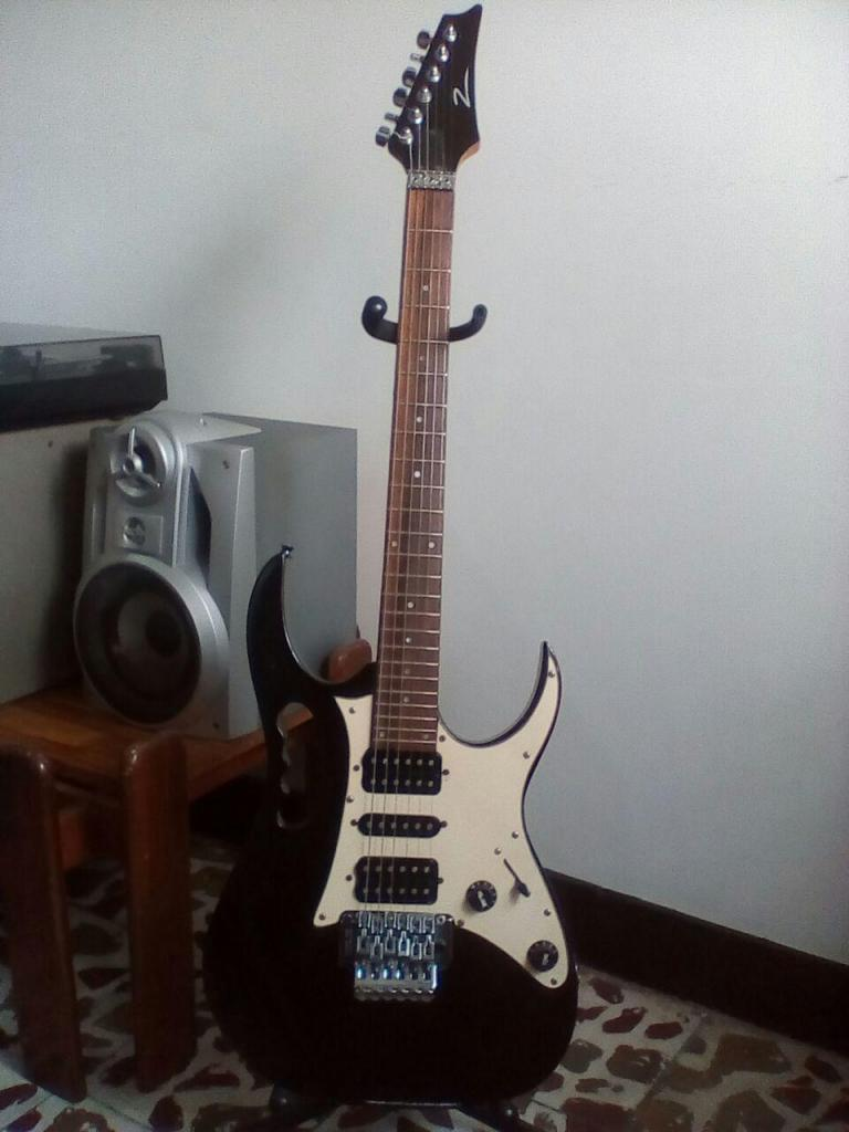 Guitarra Z Estilo Jem con Floyd Rose en Muy buen estado.