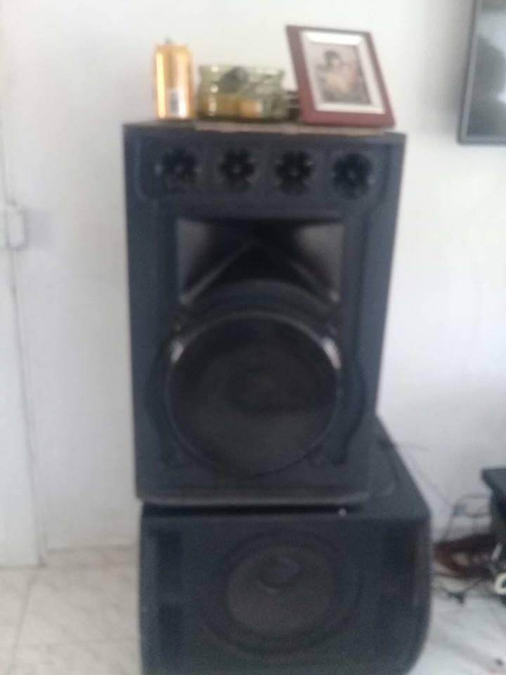 sonido con amplificador de 4 bafles y mesclador de musica