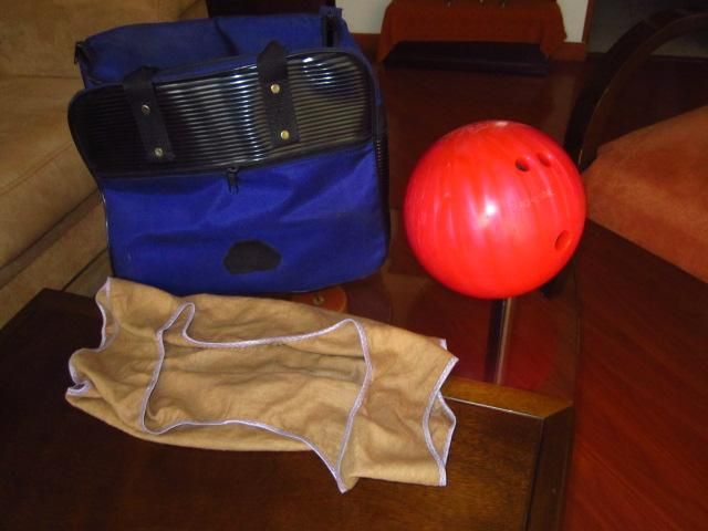 vendo bola de bolos para zurdo con cargadora y maletín para