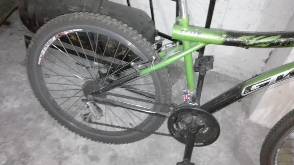 Bicicleta verde en buen estado