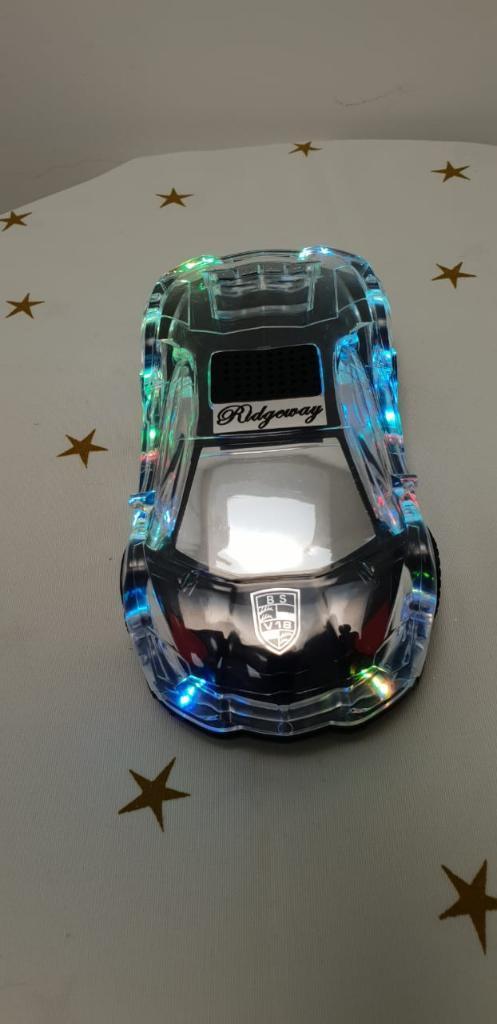 Radio en forma de carro con am y fm, y usb, tiene luces