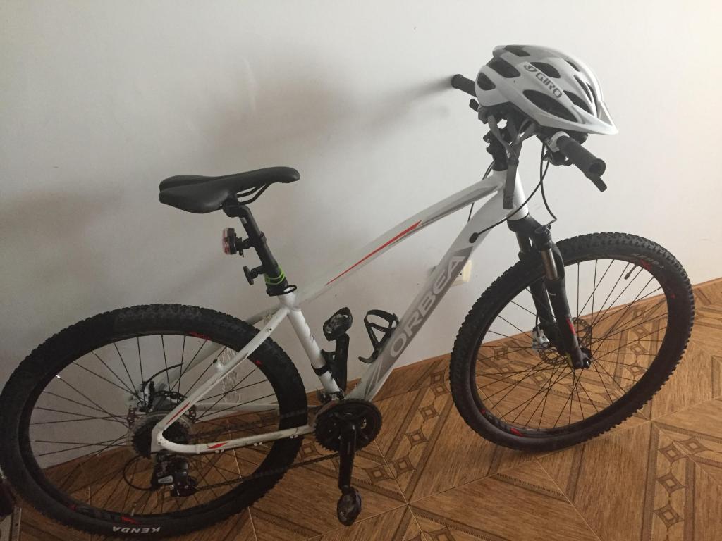Bicicleta Orbea casco GIRO cargador camelback
