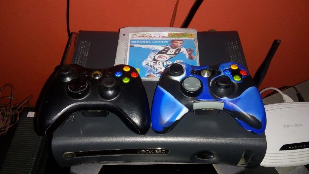 Vendo Xbox  con 2 Controles